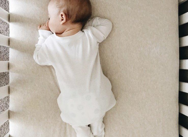 baby-sleeping-in-crib_t20_LQ96jz